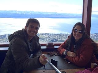 Lanchando na Confiteria Giratoria do Cerro Otto em Bariloche