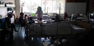 Eugénia dá informações aos alunos presentes sala.