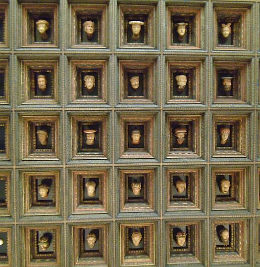 Zamek Królewski na Wawelu. Głowy wawelskie w Sali Poselskiej.