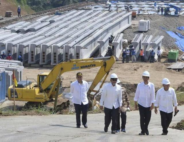 Presiden Joko Widodo menyambangi lokasi pengerjaan proyek jalan tol Bogor, Ciawi dan Sukabumi (Bocimi), Rabu (21 Juni 2017)