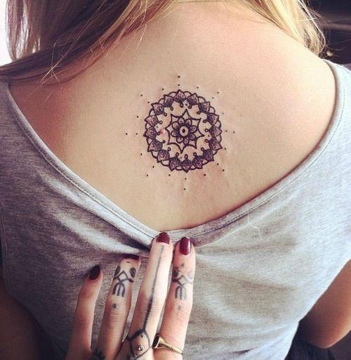 tatuajes para mujeres en la espalda de enredaderas