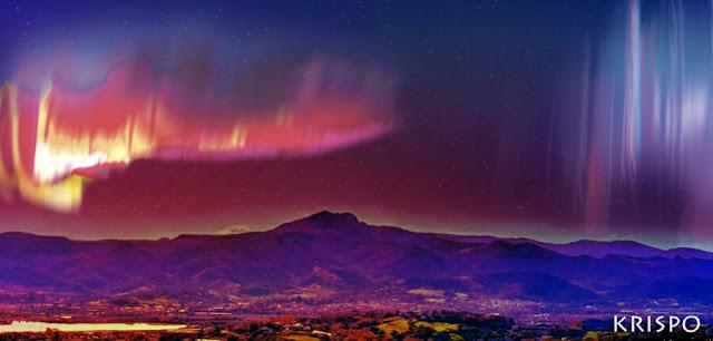 aurora boreal de tonos rojos en el cielo