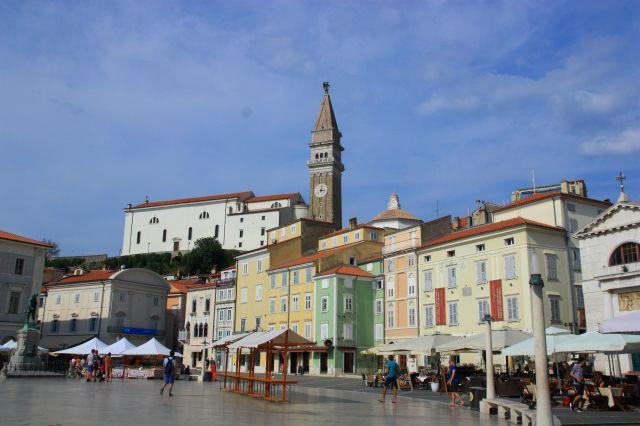 Coloridas fachadas de la Plaza Tartini