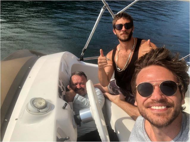 Emílio Dantas e Chay Suede fazem piada com homem misterioso no barco da novela 'Segundo Sol'