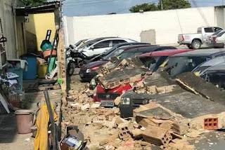 Muro cai e danifica carros em estacionamento de supermercado em Cruz das Armas