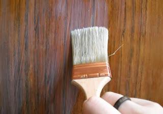 Saiba como pintar ou envernizar uma porta ou janela.