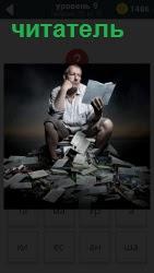 Мужчина в туалете как читатель читает книги и вокруг него на полу валяются прочитанные бумажные листы