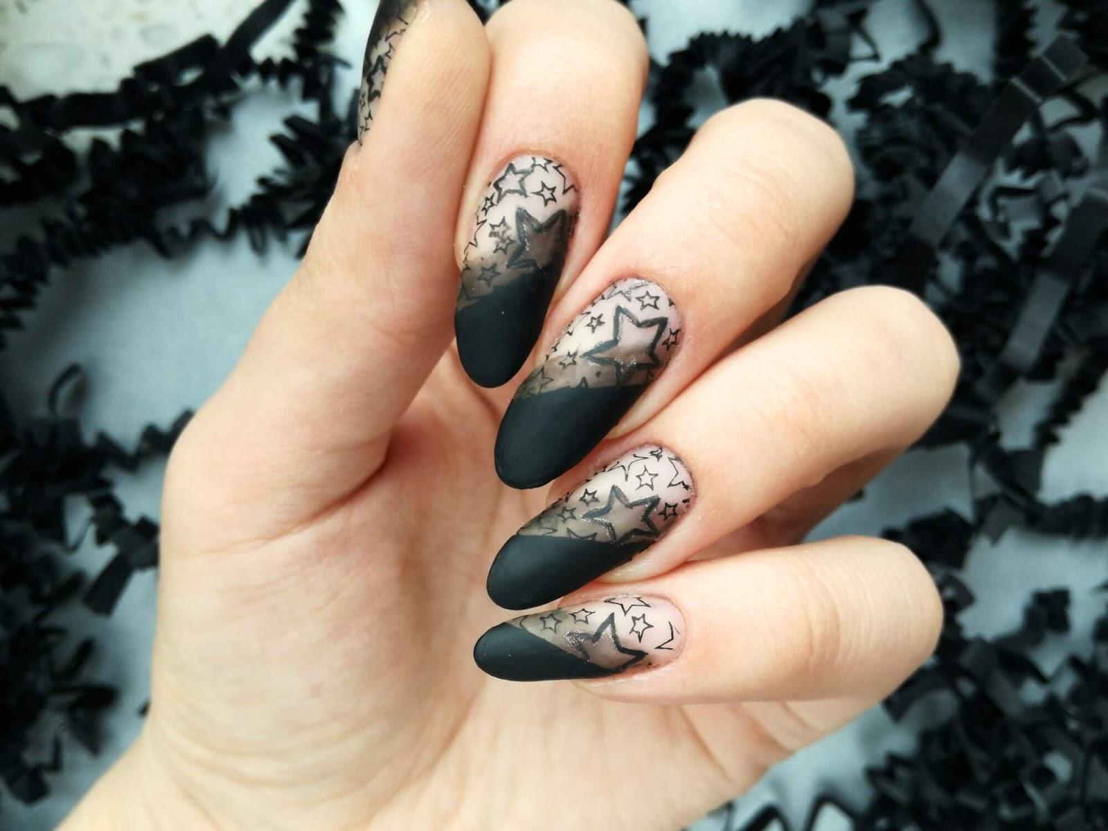paznokcie w czarne pasy
