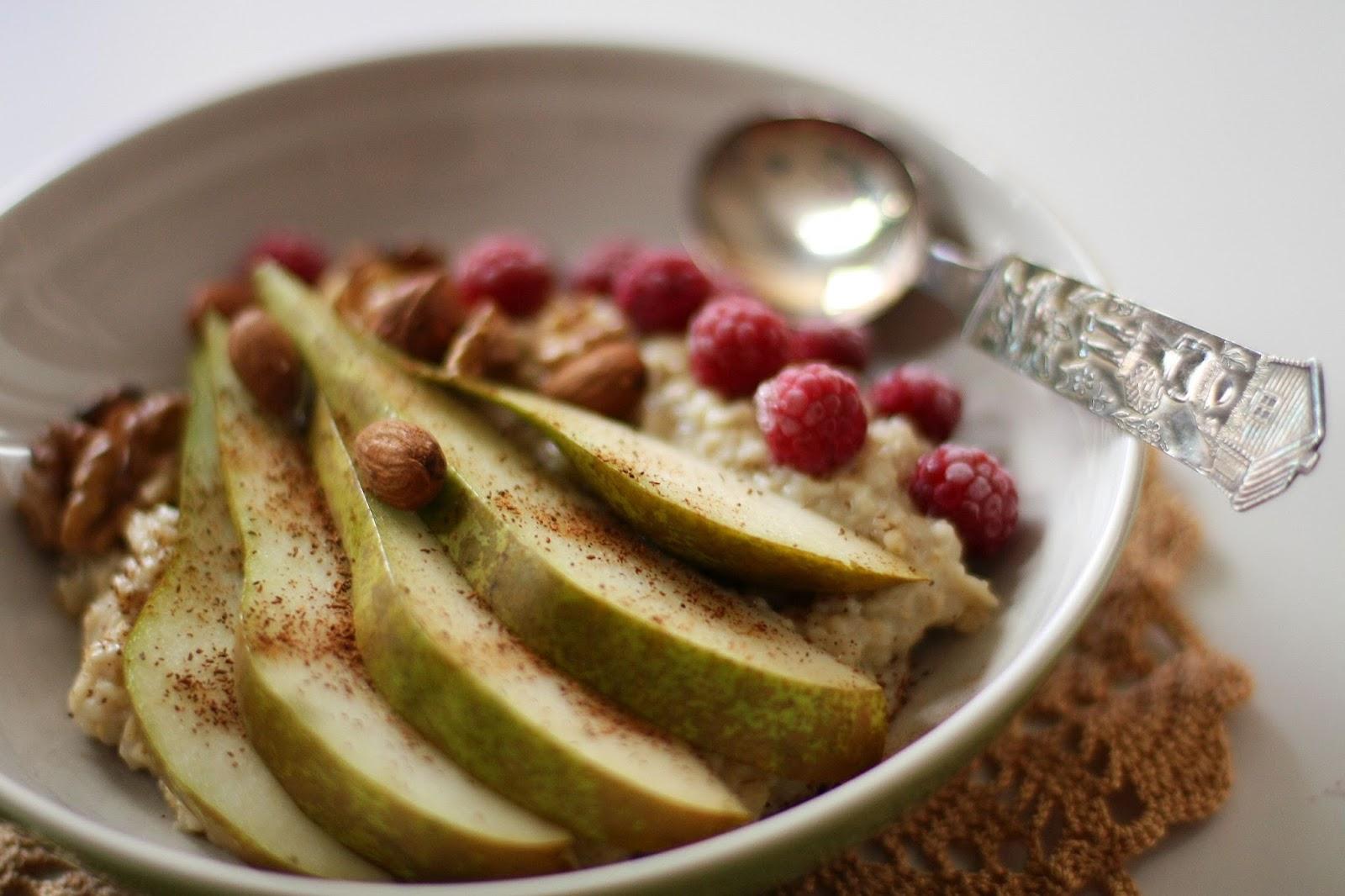 puuro päärynä manteli mantelimaito aamupala aamiainen aamupuuro kaurapuuro  vadelma mallaspulla