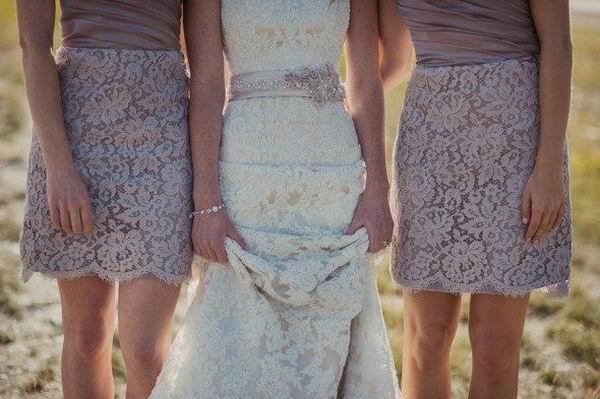 robes de dentelle pourpre de demoiselle d'honneur courte.jpg