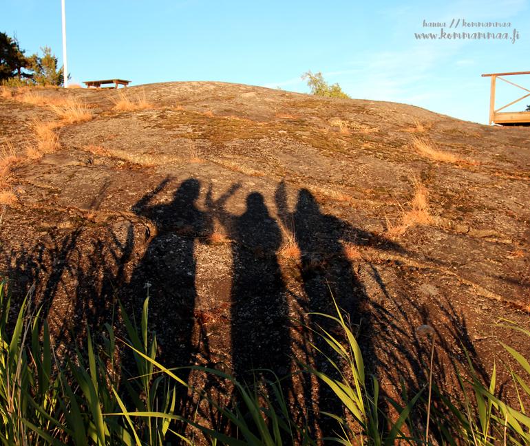 kolmen naisen varjot kalliossa