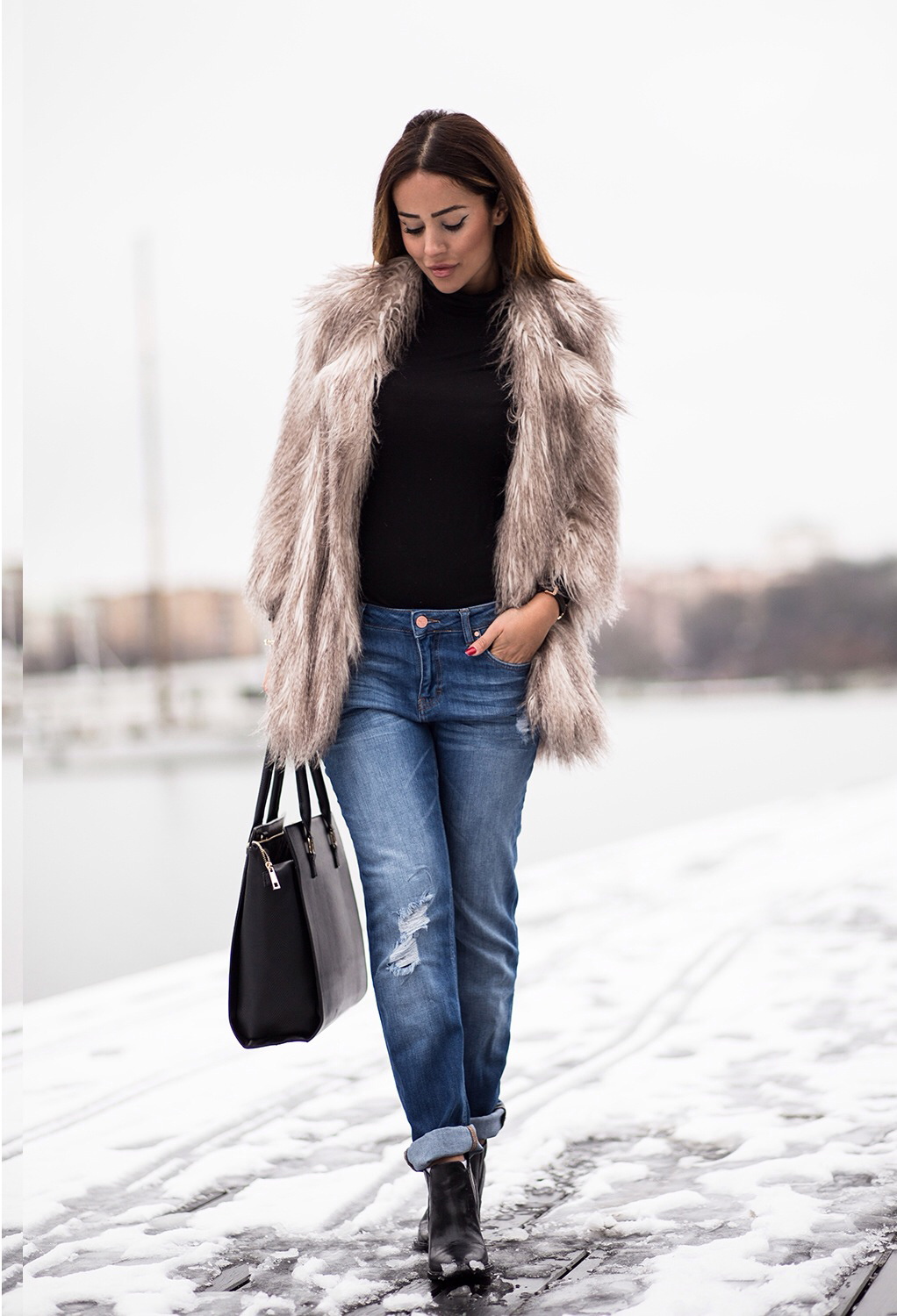 37c8572f777d harareh Sophia Hosseini is wearing a women's fluffy coat from River Island.