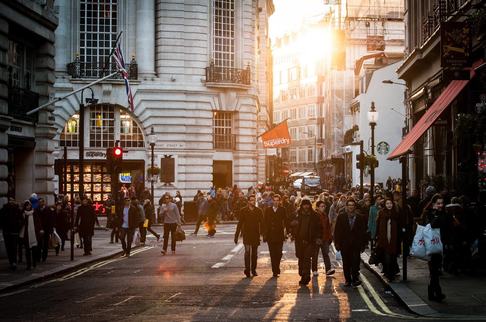 都会の街中の人々