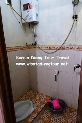 kamar mandi dalam homestay rahayu dieng