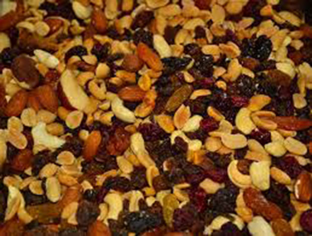 How to eat healthy while traveling by trail mix