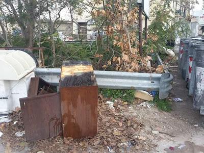 rifiuti ingombranti e rifiuti abbandonati sulla Via Altofonte, nel quartiere Pagliarelli di Palermo