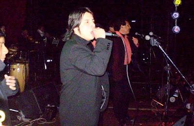 Foto de Marco Antonio y su Orquesta cantando en concierto