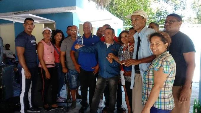 Promoción del 1989-1990 de La Escuela Fidel Medina de Cachon de Barahona reconoce a Maestros que lo formaron.