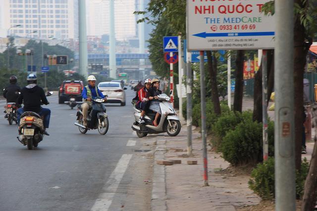 Lạ lùng cảnh hàng trăm người dắt xe máy ngược chiều đối phó CSGT ở Hà Nội 10