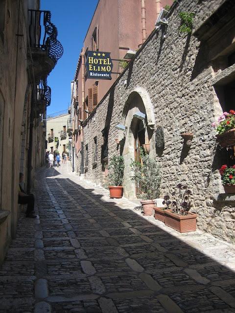 Calle medieval en Erice (Sicilia)
