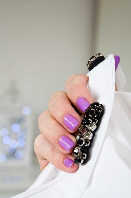 delikatne odcienie lakieru na dłoniach-lawenda