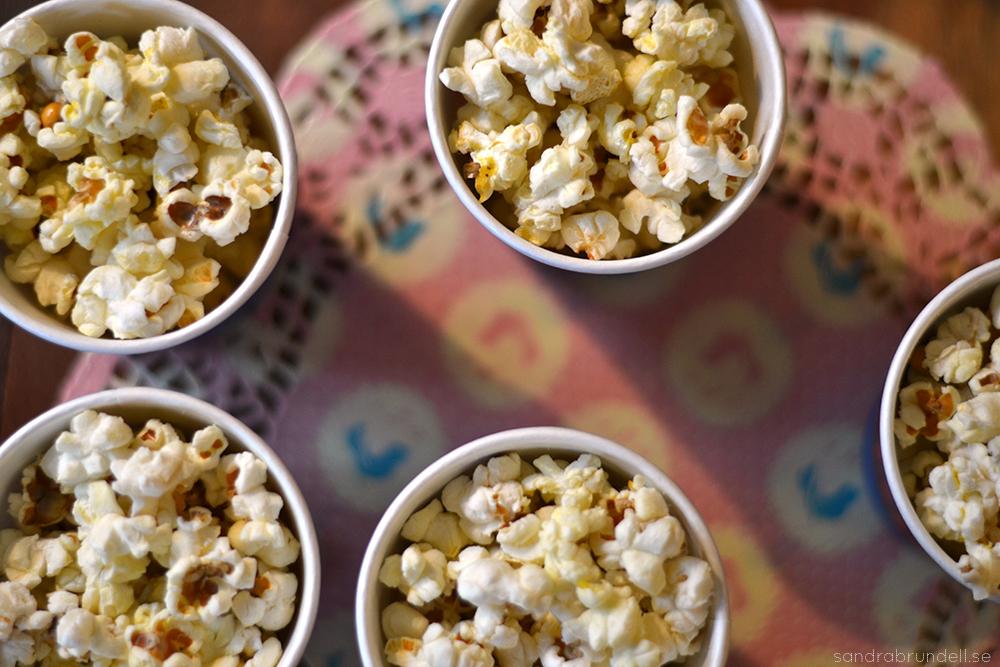 Popcorn i pappmuggar från Tiger.