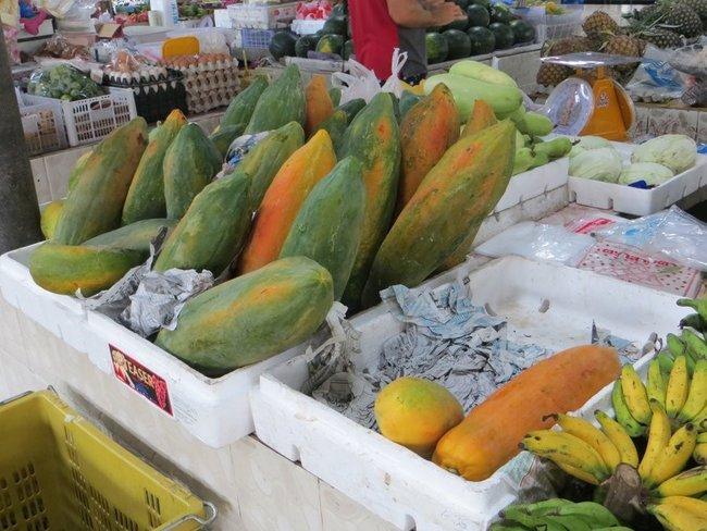 Спелая папайя на рынке