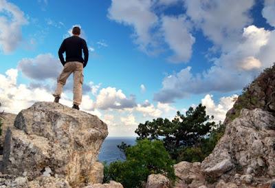 Kuva miehestä, joka katsoo merelle yksinäisyydessä.