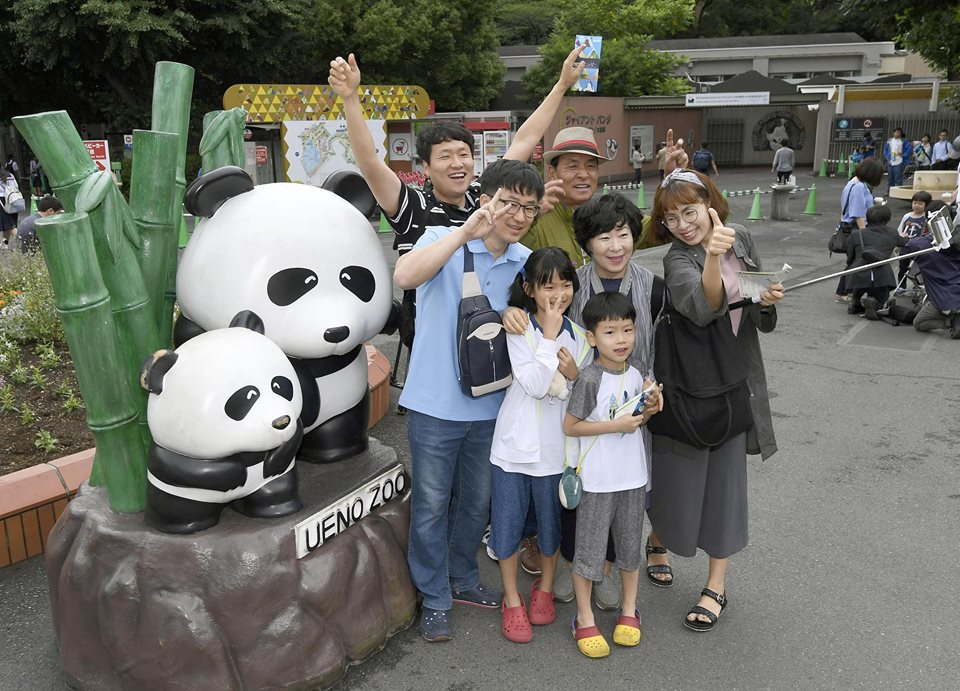 Japan celebrates the birth of a panda cub, entertainment news