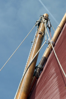 attaching the top yard on standing lug sail