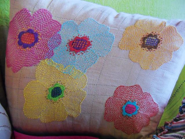 Almofadas-bordadas-e-aplicadas