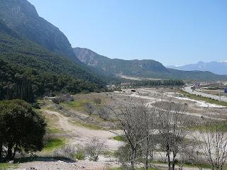 Paso de las Termópilas. La línea de la costa en tiempos de la batalla se encontraba donde ahora pasa la carretera, o incluso más cerca de las montañas.