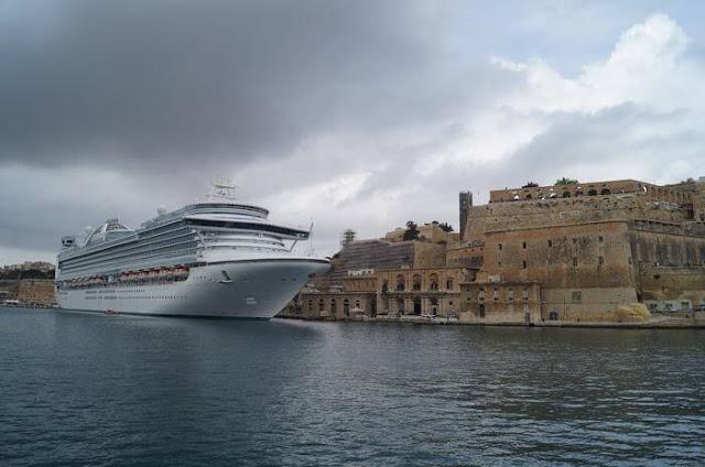 barco crucero amarrado en la Valeta