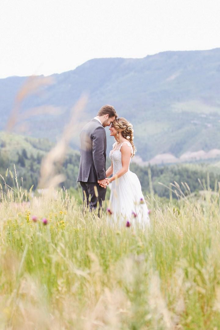 Ślub w ogrodzie, Ślub w lecie, letni ślub, ślub w kolorach letnich, soczyste dekoracje na ślub, ślub pełen kwiatów, czerwcowy ślub, lipcowy ślub, romantyczny ślub, romantyczne wesele