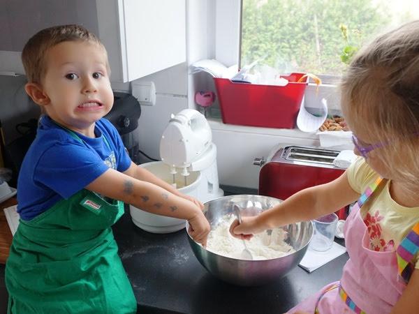 dzieci robią tort leśny mech