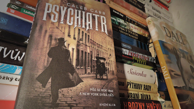 kniha caleb carr psychiatr