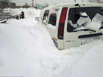 Eingeschneites Auto im Winter lustiges Bild