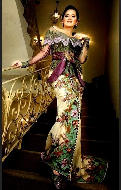 Model kebaya brokat modern dengan kombinasi kain batik