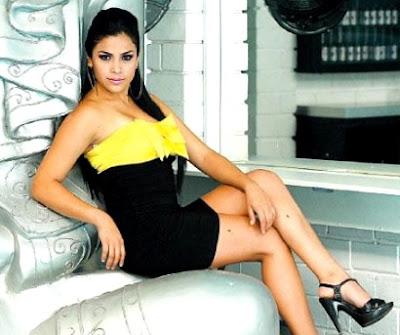 Foto de Maricarmen Marín posando sentada