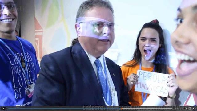 Ativistas ambientalistas enfiaram colar de 'Pérolas mágicas' no pescoço do ministro.