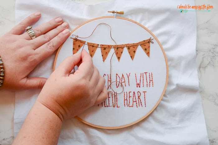 Fall Hoop Art | Free printable pattern and instructions for this sweet autumn embroidery hoop art.
