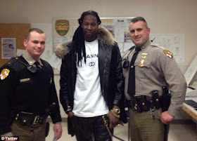 FUNNY – 2CHAINZ POSES WITH COPS DURING ARREST