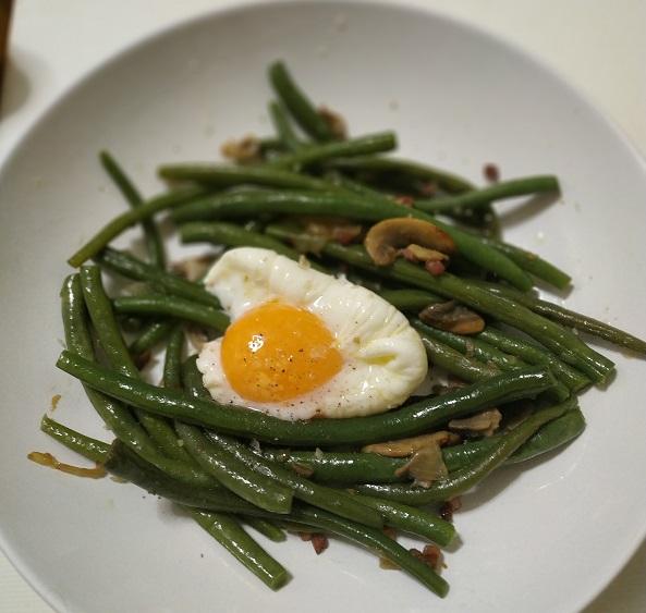 Nidos de judías verdes y huevo poché
