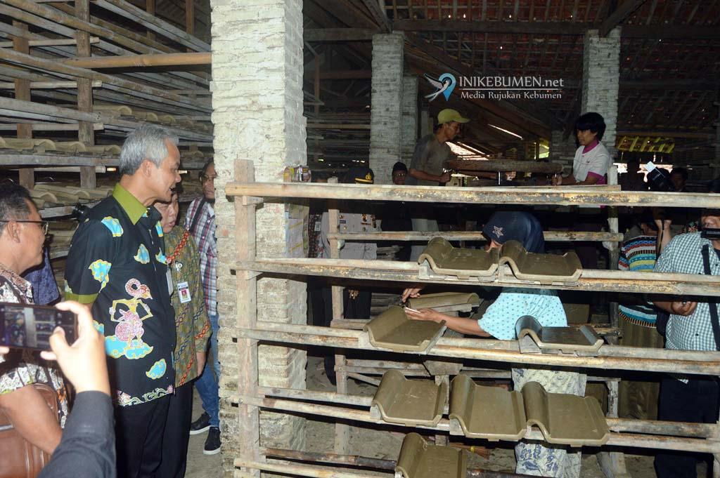 Ganjar Pranowo Minta Perajin Genteng Belajar ke Kasongan