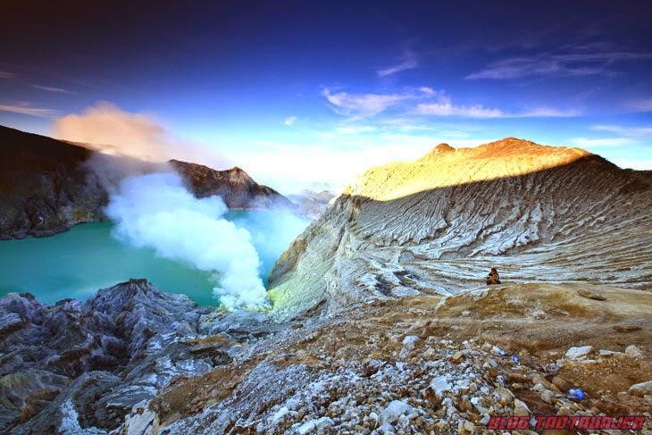gunung berapi Kawah Ijen menghasilkan lava yang bercahaya biru