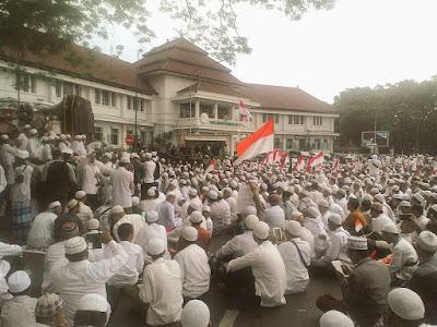 Jokowi Bisa Jatuh Jika Terus Bela Ahok