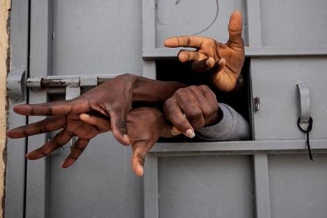 الجهوية 24 - مهاجرون غير نظاميين: هكذا أصبحنا عبيداً في معتقلات ليبيا