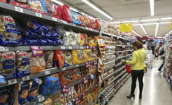 Crisis: más personas usan tarjeta de crédito en supermercados para patear gastos
