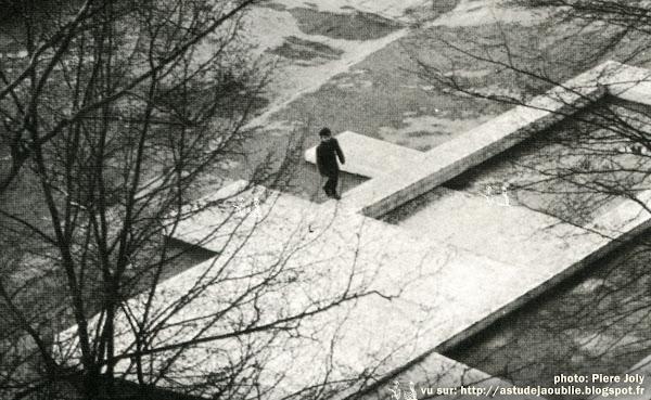 Verneuil-sur-Seine - Parc Noir / La Garenne - Espace de jeux  (toboggan, pataugeoire, bassins avec mosaïques de couleur)  Création: Pierre et Véra Székely  Construction: 1962 sculptures praticables pour enfants