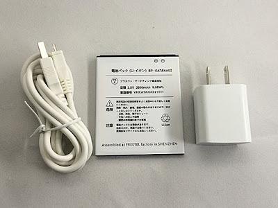 同梱品のmicorUSBケーブルと電池パックと電源コンセント